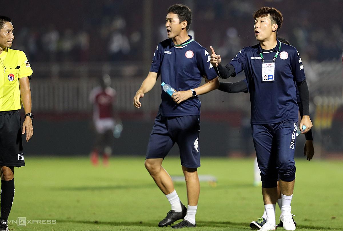 Yang Jae-mo (phải) lao vào sân phản ứng trọng tài trong trận TP HCM - Hà Nội vòng 11 V-League. Ảnh: Đức Đồng.