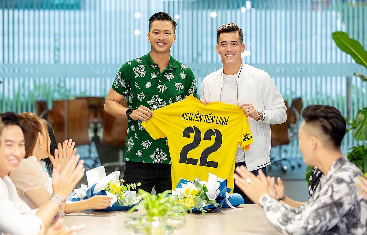 Tiến Linh trong buổi ra mắt đội bóng phủi. Ảnh: FC Nghệ Sỹ.