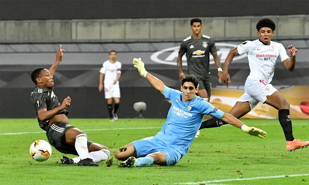 Thủ môn Bounou băng ra cản phá Anthony Martial trong trận bán kết mà Sevilla thắng ngược Man Utd 2-1 hôm 16/8, trên sân Cologne, Đức. Ảnh: Reuters.