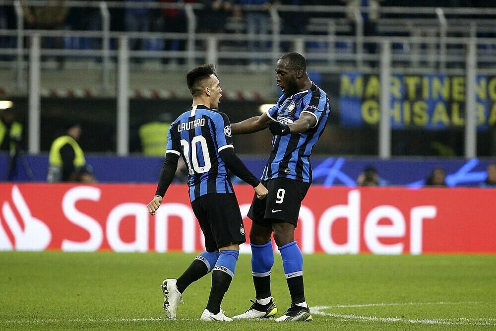 Lukaku (phải) và Lautaro Martinez ghi 48,6% số bàn của Inter mùa này. Ảnh: AP.