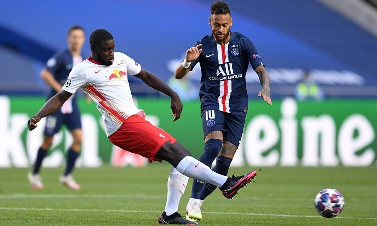 Neymar tranh chấp với trung vệ Dayot Upamecano của RB Leipzig ở bán kết Champions League tối 18/8. Ảnh: Reuters.