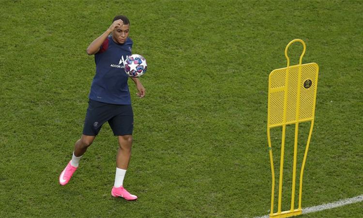 Mbappe tỏ ra hoàn toàn khoẻ mạnh trong buổi tập trên sân Da Luz, Lisbon hôm 22/8. Anh nhiều khả năng sẽ đá chính trước Bayern ở chung kết hôm nay. Ảnh: AP