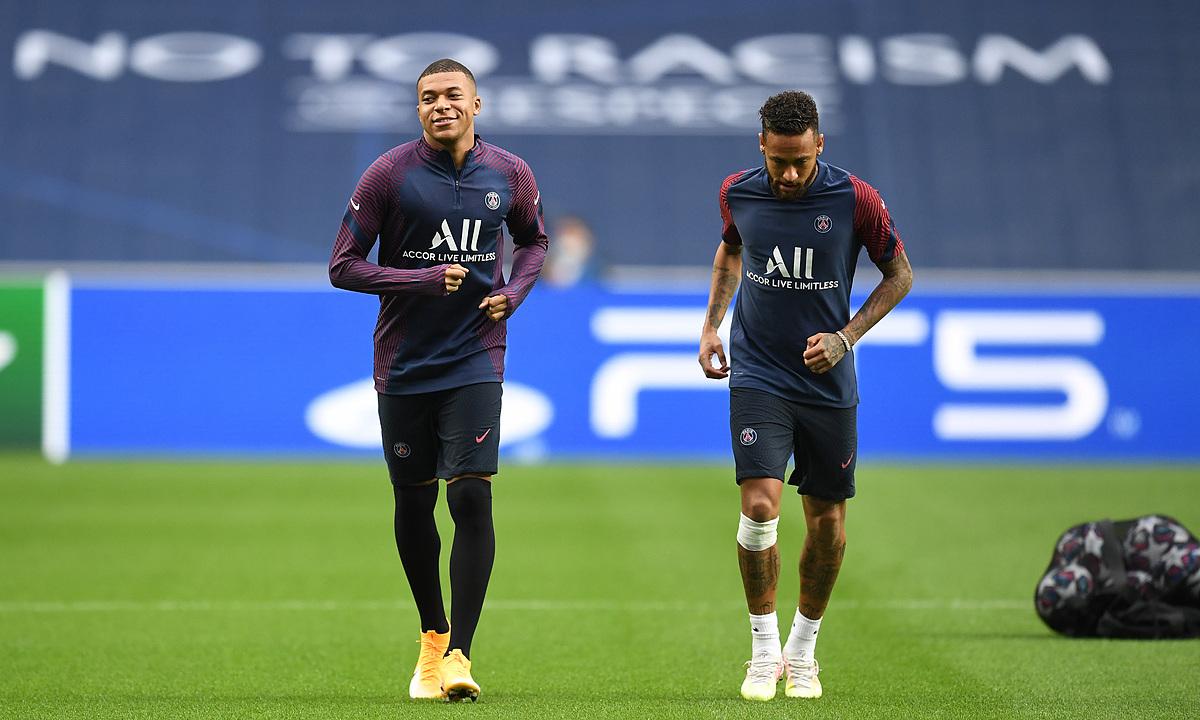 Mbappe (trái) và Neymar tập luyện trên sân Da Luz trước thềm chung kết. Ảnh: Reuters