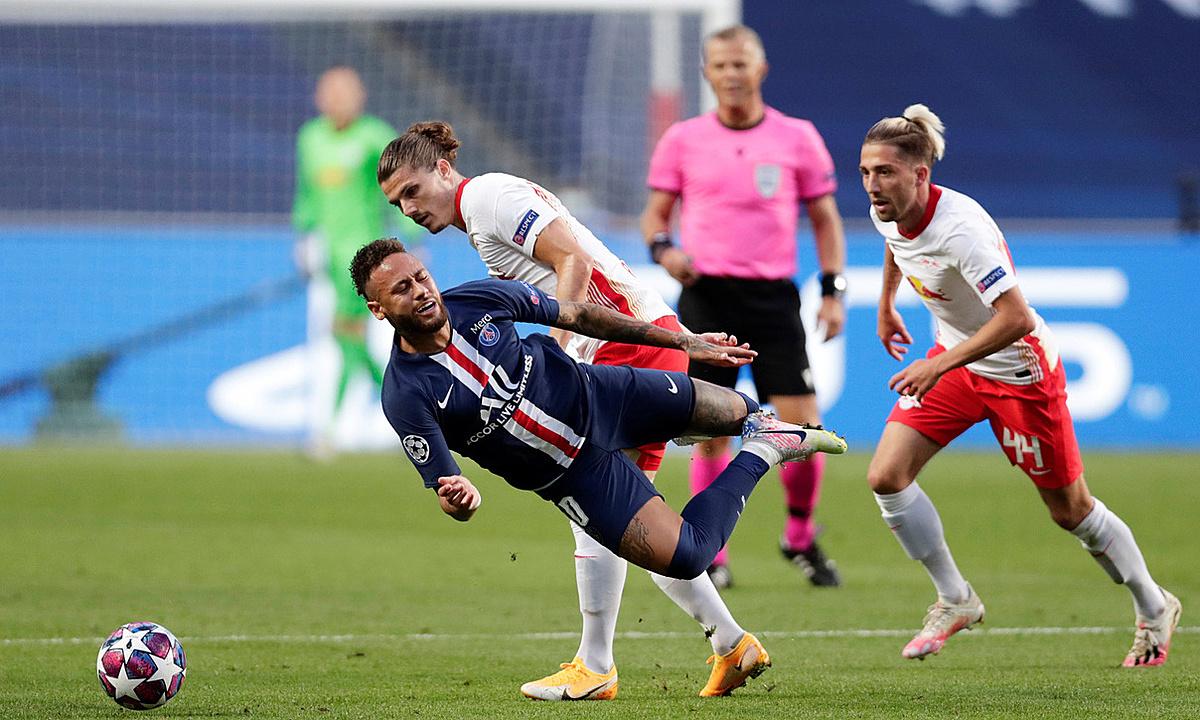 Neymar (trái) luôn làm khổ hàng thủ các đội ở Champions League năm trận gần đây. Ảnh: Reuters