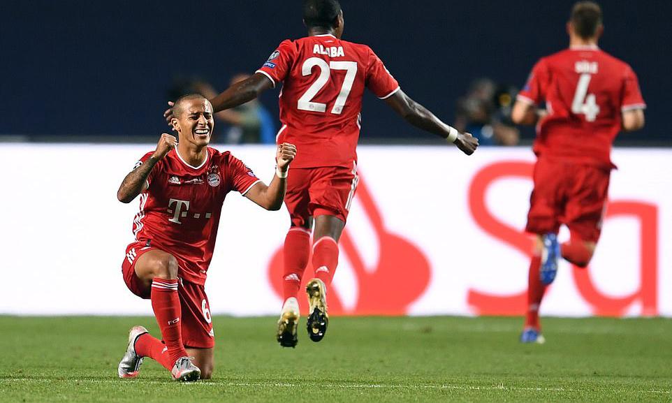 Thiago (trái) mừng danh hiệu Champions League thứ hai trong sự nghiệp. Lần đầu anh lên đỉnh châu Âu cùng Barca năm 2011, nhưng khi ấy Thiago sắm vai dự bị. Ảnh: AFP.