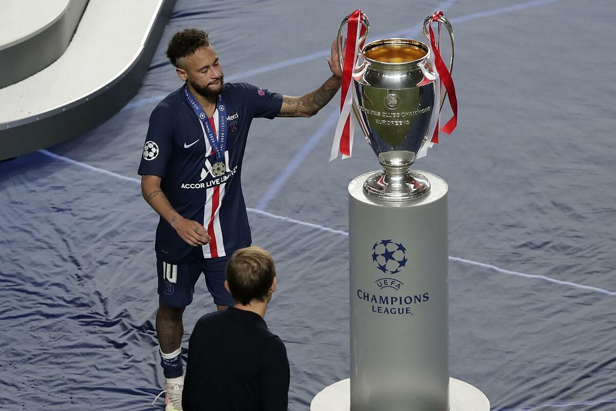 Neymar chạm tay vào chiếc Cup. Ảnh: UEFA.