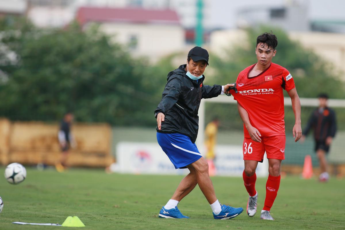 Trợ lý thân tin của HLV Park, ông Lee Young-jin chỉ dẫn chi li cho các cầu thủ U22 trên sân tập ở Trung tâm Đào tạo Bóng đá trẻ VFF chiều 20/8. Ảnh: Lâm Thỏa.