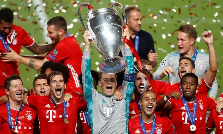 Neuer nâng Cup, đánh dấu lần thứ sáu vô địch Champions League của Bayern. Ảnh: Reuters.