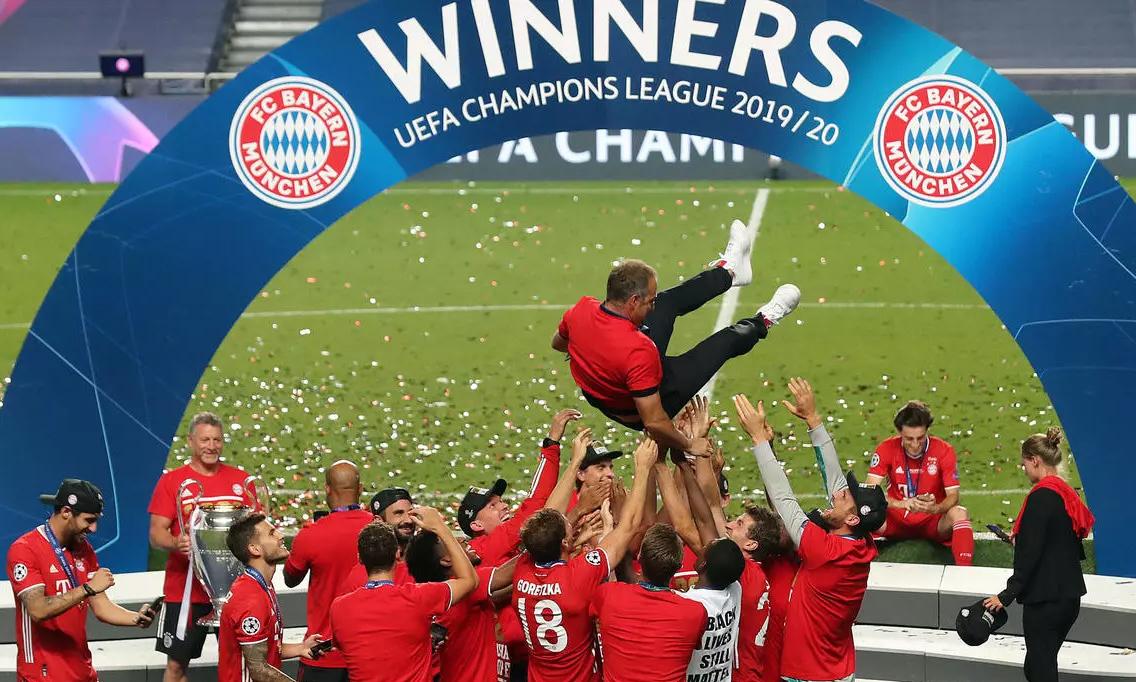 Cầu thủ Bayern tung hô HLV Flick sau màn trao cup. Ảnh: AFP.