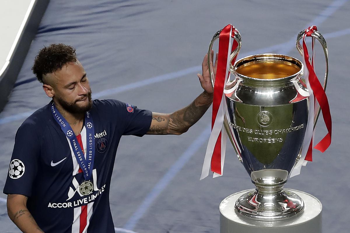Neymar chạm tay vào chiếc Cup, sau khi nhận HC bạc.