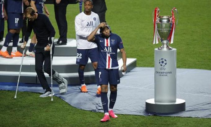 Mbappe tháo huy chương bạc sau khi nhận được. Ảnh: LEquipe.
