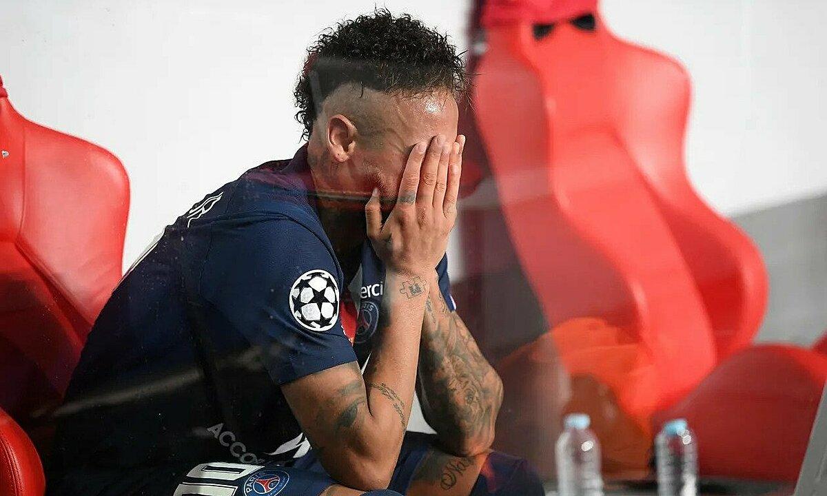 Neymar ôm mặt khóc trên khu vực kỹ thuật. Ảnh: dpa