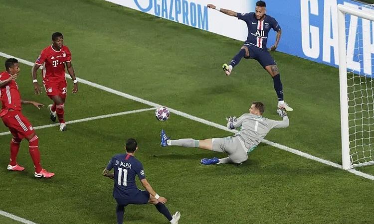 Neuer cản đường chuyền của Neymar cho Di Maria trong hiệp một. Ảnh: EPA.