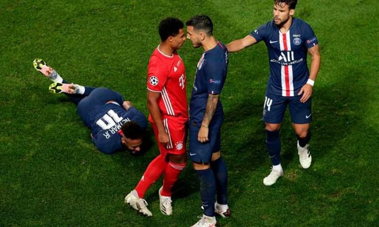 Gnabry đốn ngã Neymar sau đó gây hấn với Paredes ở hiệp hai trận chung kết. Ảnh: AFP.