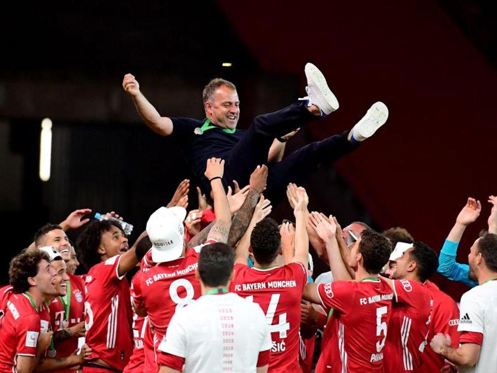 Nghệ thuật đắc nhân tâm giúp Flick thu phục lòng người ở Bayern. Trong ảnh là khoảnh khắc các họ trò tung hô ông sau chiến thắng ở Cup Quốc gia Đức hôm 4/7. Ảnh: DPA