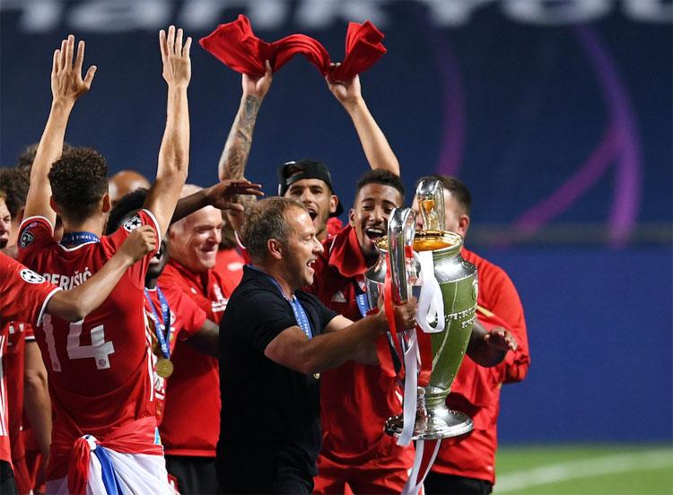 Flick đưa Bayern từ khủng hoảng đến thẳng vinh quang chỉ trong một mùa giải. Ảnh: Reuters.