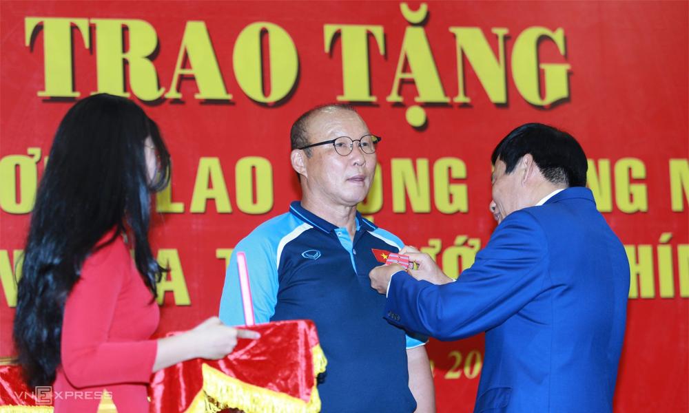 HLV Park Hang-seo nhận Huân chương từ Bộ trưởng Văn hóa, Thể thao và Du lịch Nguyễn Ngọc Thiện tại trụ sở VFF. Ảnh: Lâm Thoả