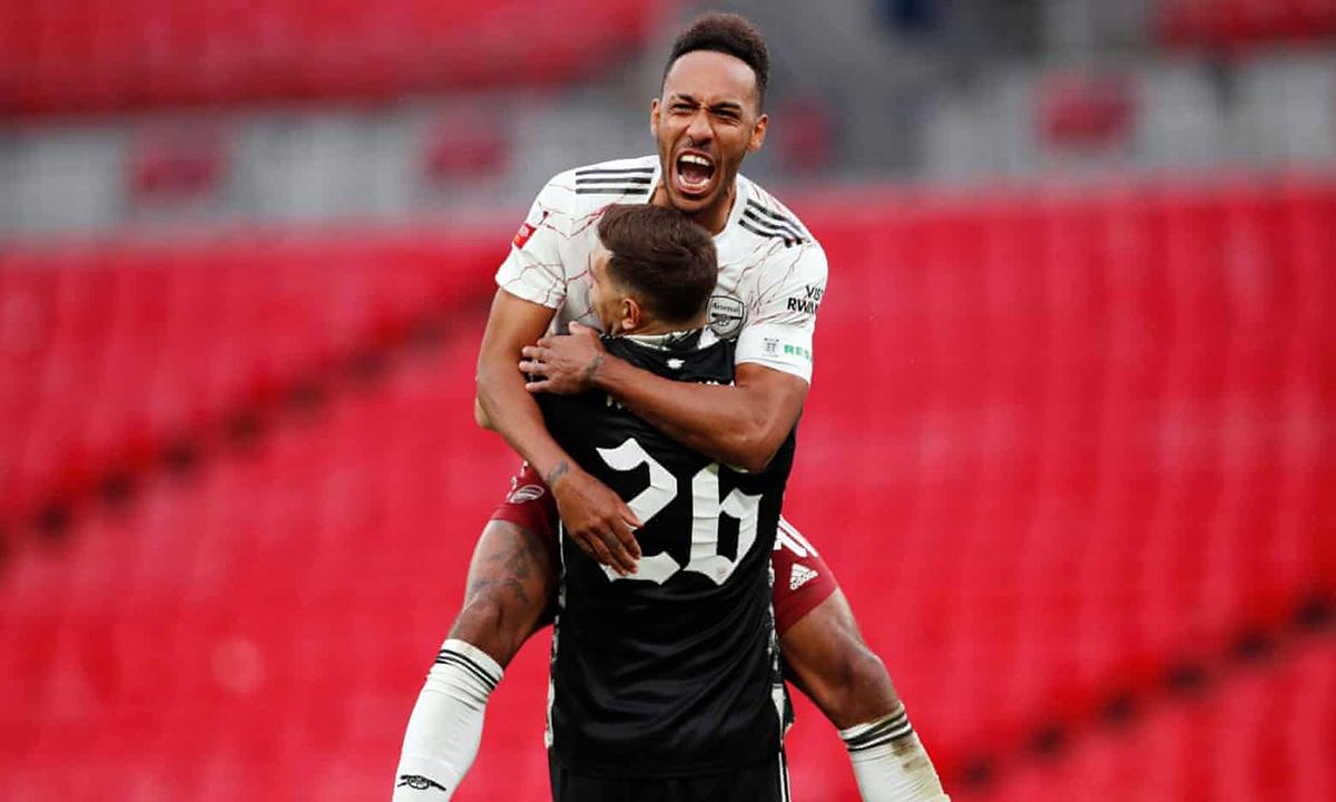 Aubemayng chia vui cùng thủ thành Martinez sau chiến thắng ở trận tranh Siêu Cup Anh. Ảnh: Reuters.