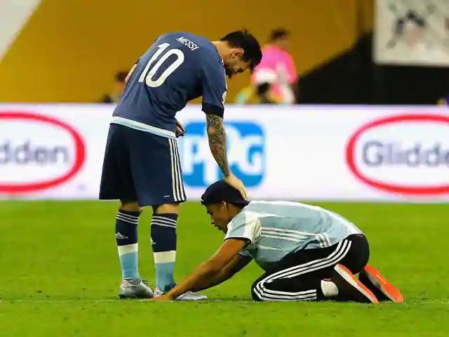 Một CĐV bày tỏ sự ngưỡng mộ với Messi, khi anh thi đấu cho đội tuyển Argentina ở trận gặp Mỹ tại bán kết Copa Ameria 2016 tại Texas, Mỹ. Ảnh: AFP.