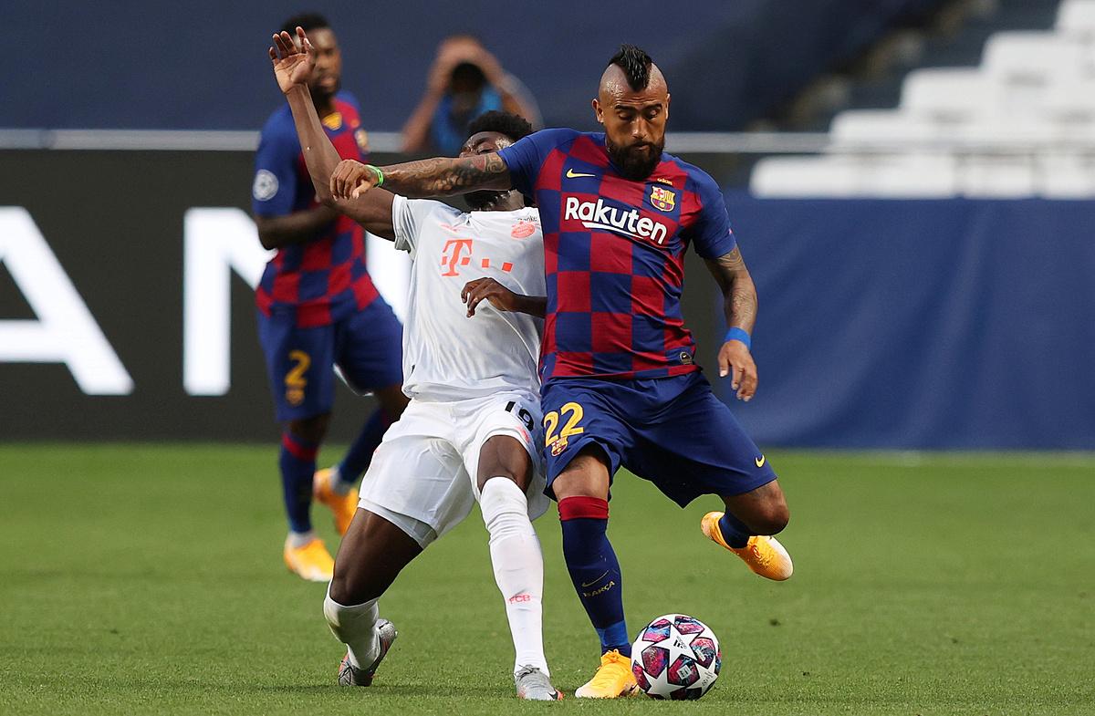 Vidal (phải) khả năng cao phải rời Barca trước mùa giải mới. Ảnh: Reuters