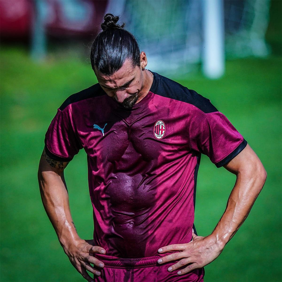 Ibrahimovic đổ mồ hôi trên sân tập Milanello sau lễ ký hợp đồng.