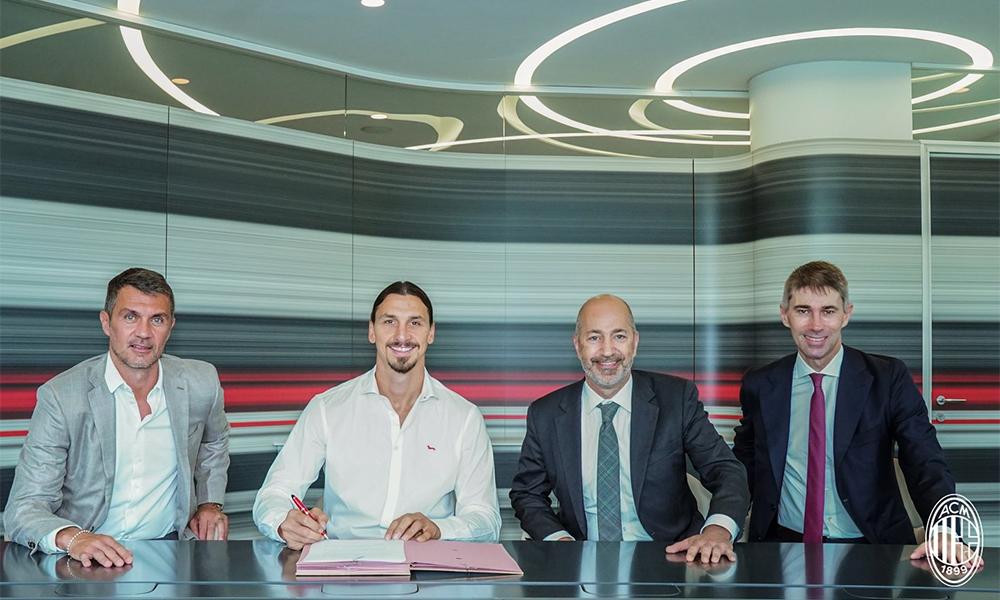 Ibrahimovic (áo trắng) trong lễ ký hợp đồng với ban giám đốc AC Milan hôm 31/8.