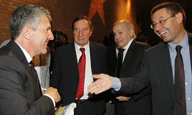 Bartomeu (phải) sẽ đàm phán với bố Messi để giữ Lionel ở lại. Ảnh: MD