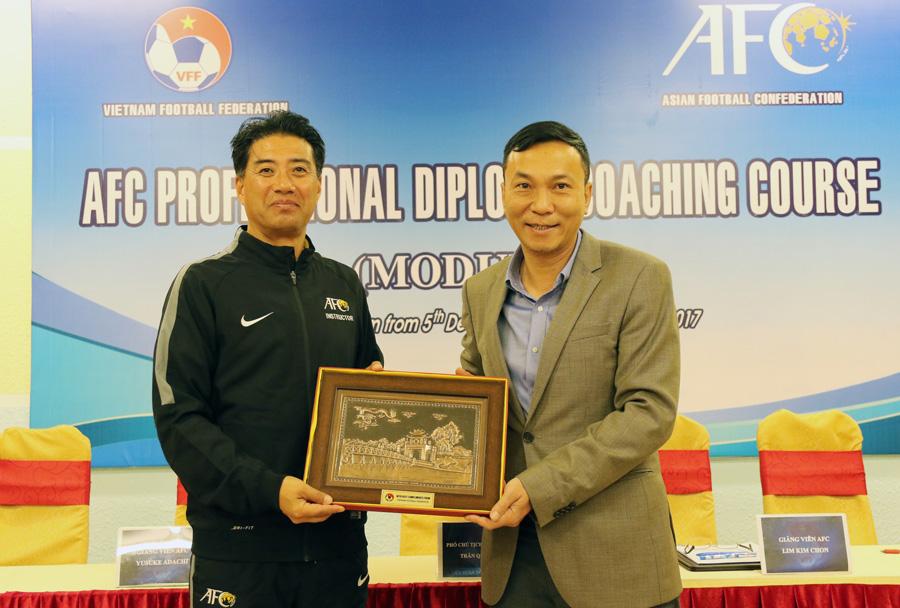 Adachi sinh năm 1961, được biết đến là một trong những giảng viên HLV ưu tú (Elite) của Liên đoàn Bóng đá châu Á (AFC). Ông là thầy của nhiều HLV thuộc thế hệ cầu thủ danh tiếng tại Việt Nam như Phan Thanh Hùng, Hoàng Văn Phúc, Lê Huỳnh Đức, Nguyễn Văn Sỹ, Nguyễn Hữu Thắng, Ngô Quang Trường, Lư Đình Tuấn, Nguyễn Minh Phương..., khi được AFC bổ nhiệm là giảng viên khóa đào tạo HLV bóng đá chuyên nghiệp AFC năm 2017.