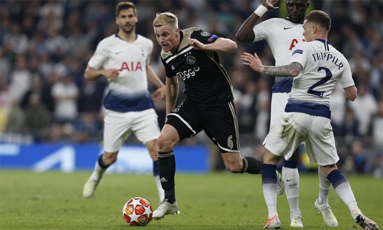 Van de Beek là tiền vệ có khả năng chọn vị trí và pressing rất tốt ở phần sân đối thủ. Ảnh: AFP.