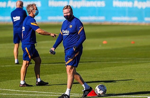 Koeman cùng các cầu thủ Barca tập luyện mà không có Messi. Ảnh: FC Barcelona.