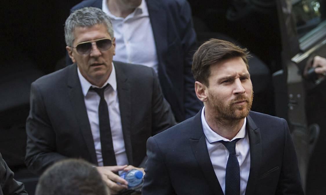 Lionel Messi (phải) và bố Jorge Messi (trái) sẽ cùng luật sư ra thông báo quan trọng về tương lai của anh ở Barca. Ảnh: AS