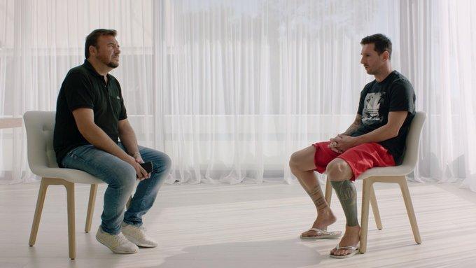 Messi (phải) trò chuyện với phóng viên Goal. Ảnh: Goal