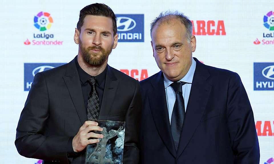 Chủ tịch La Liga - Javier Tebas (phải) - cương quyết không để Messi tự do ra đi. Ảnh: GMS