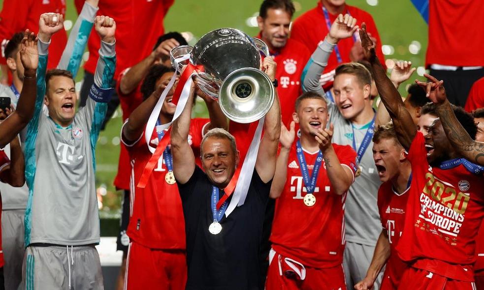 HLV Flick của Bayern Munich giương cao cup bạc Champions League sau khi thắng PSG ở chung kết Champions League hôm 24/8. Ảnh:AFP.