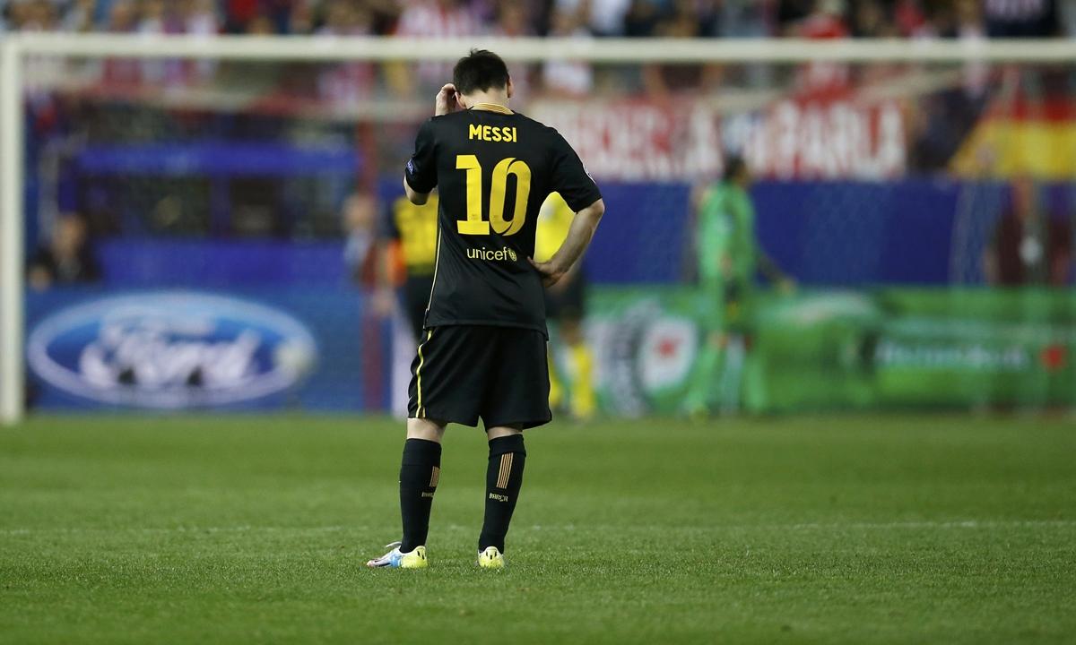 Messi đứng thất thần khi bị Atletico loại khỏi Champions League mùa 2013-2014. Ảnh: Reuters.