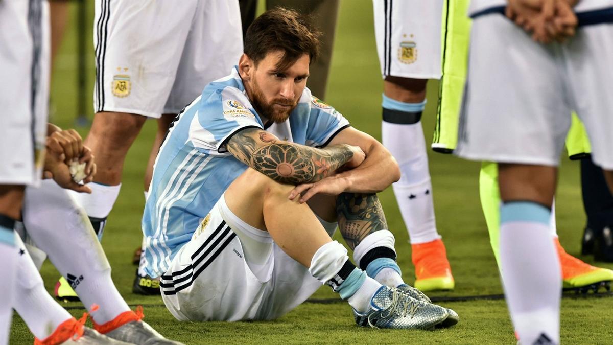 Messi ngồi bó gối sau khi thua trận chung kết thứ ba liên tiếp trong màu áo đội tuyển.