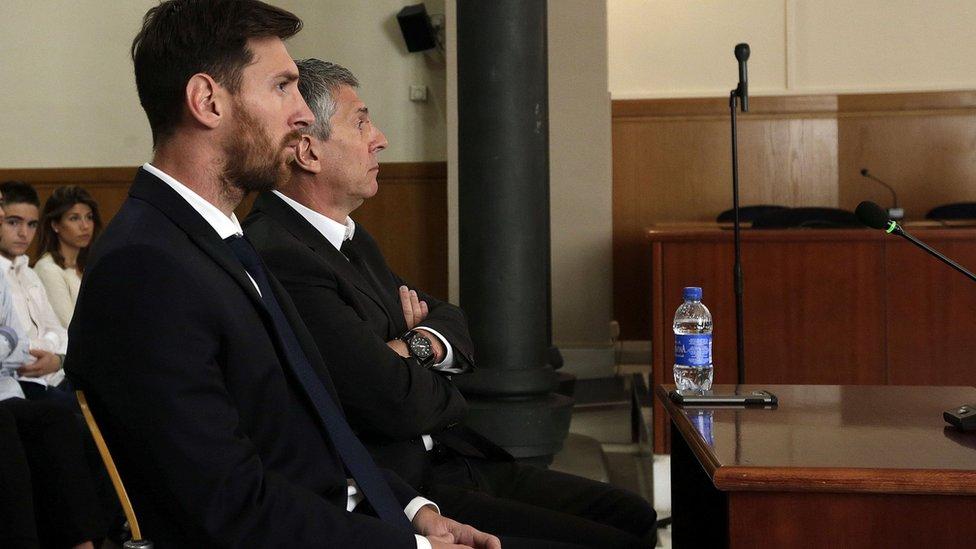Messi cùng cha - ông Jorge - đến nghe tòa xét xử án trốn thuế năm 2016.