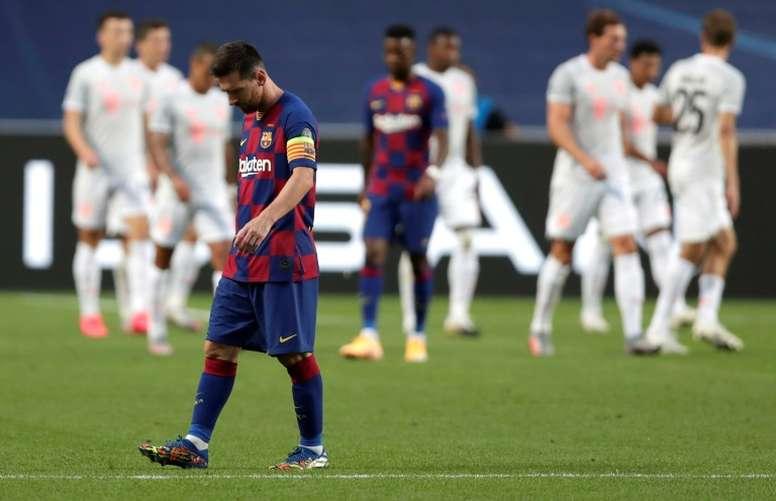 Messi lầm lũi bước khỏi sân sau khi thua Bayern 2-8. Ảnh: UEFA.