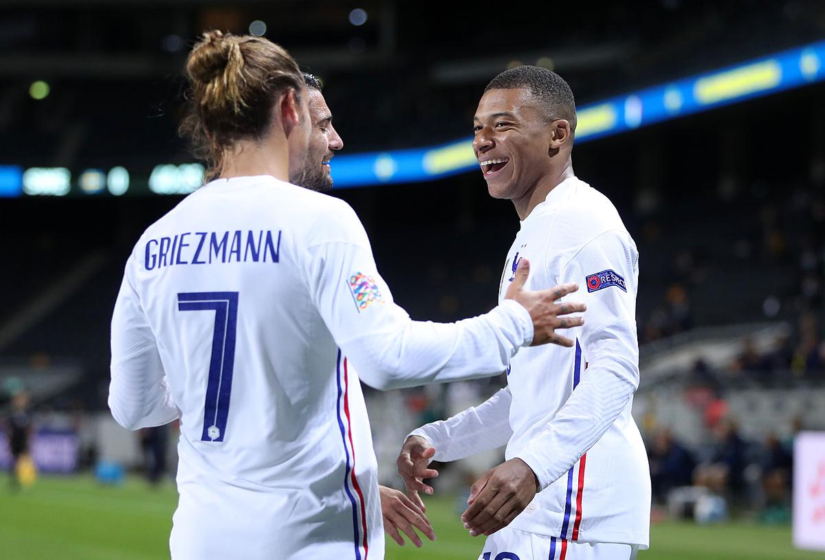 Mbappe mừng bàn thắng cùng các đồng đội trong trận đấu với Thuỵ Điển tối 5/9. Ảnh: AFP.