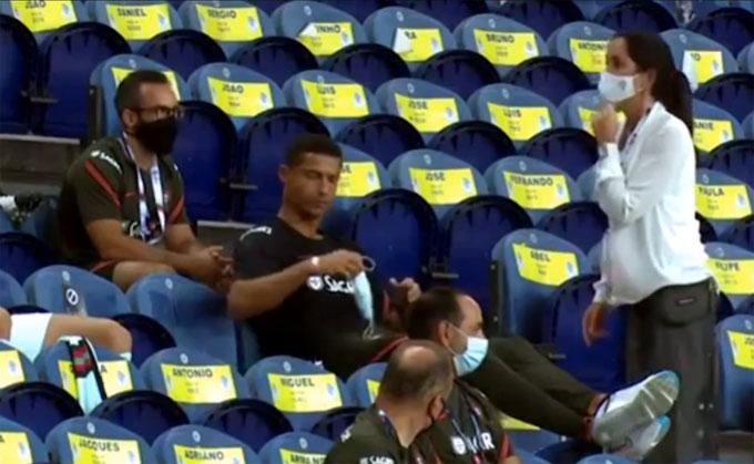 Ronaldo lấy khẩu trang ra đeo, tuân thủ quy định chống dịch.