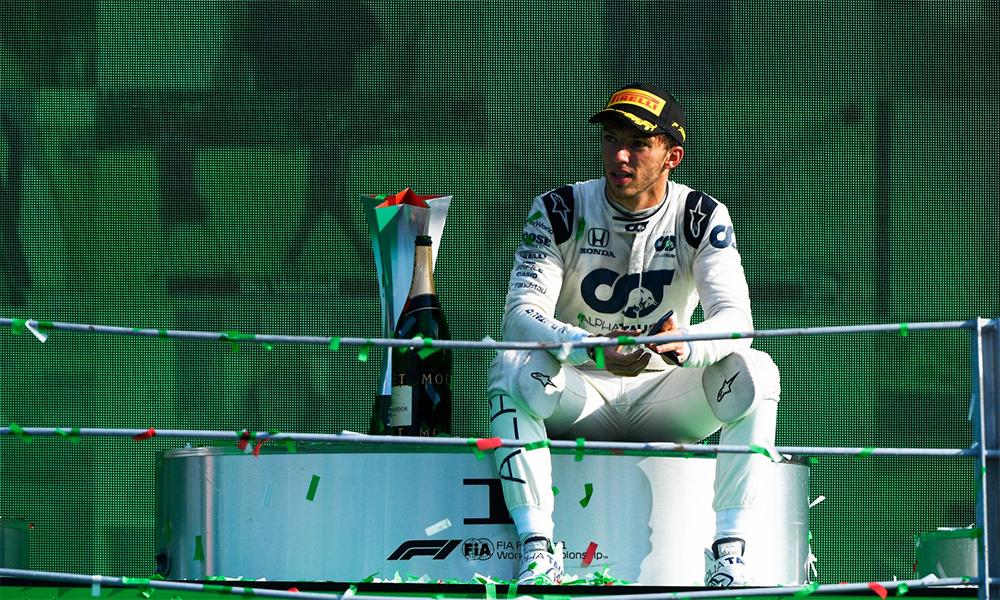 Gasly quá xúc động, sau khi nhận giải và ngồi khóc trên bục podium. Ảnh: F1
