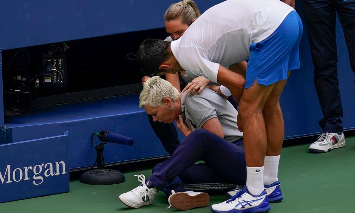 Trọng tài dây bị đau là nguyên nhân chính khiến Djokovic bị truất quyền thi đấu chứ không phải án phạt nhẹ hơn. Ảnh: The Star