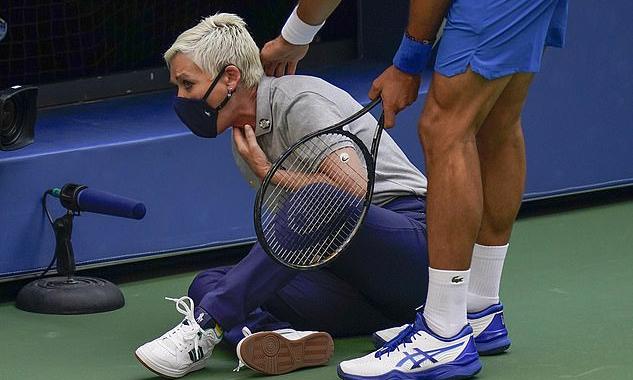 Trọng tài Clark có dấu hiệu khó thở và gục xuống sân sau khi bị Djokovic trả bóng vào họng. Ảnh: EPA.