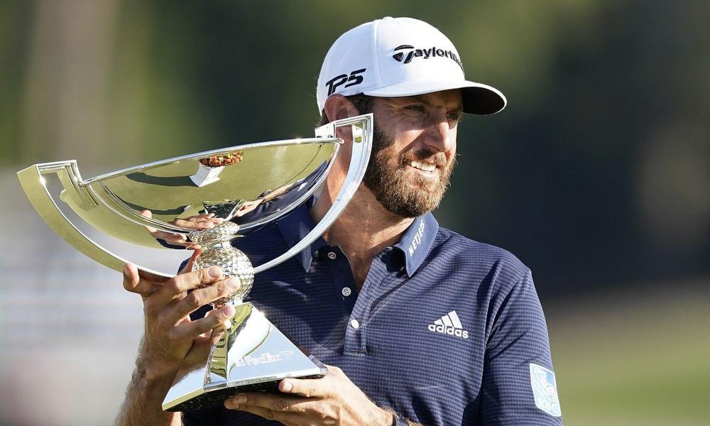 Dustin Johnson nâng FedEx Cup sau khi vô địch Tour Championship trên sân Lake Golf Club, Atlanta hôm 7/9. Ảnh: AP