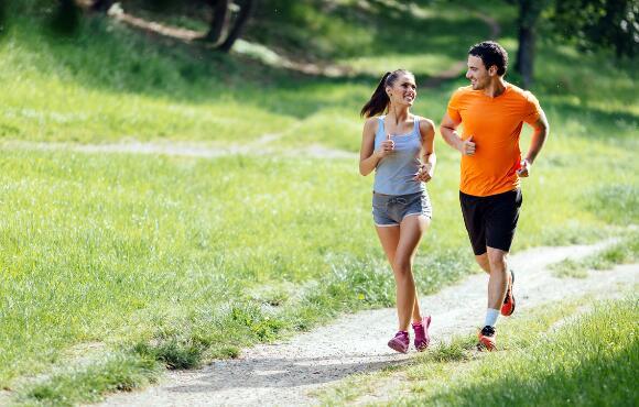Easy run là bài tập mà hầu hết người mới chạy đều phải trải qua. Ảnh: Active.