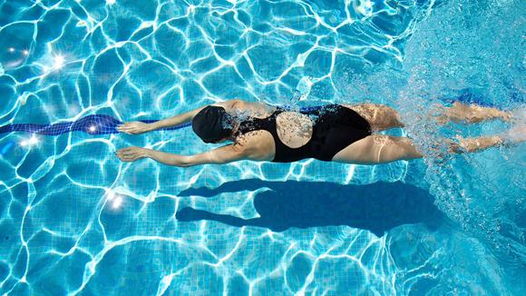 Bơi lội là bài tập luyện chéo tốt cho runner. Ảnh: Swimming.