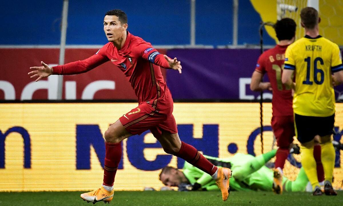 Ronaldo (trái) ghi hai tuyệt phẩm vào lưới Thụy Điển tối 8/9. Ảnh: Reuters