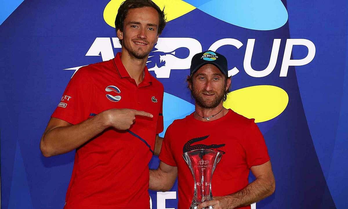 Cervara (phải) nhận giải HLV hay nhất năm 2019, cùng Medvedev. Ảnh: ATP