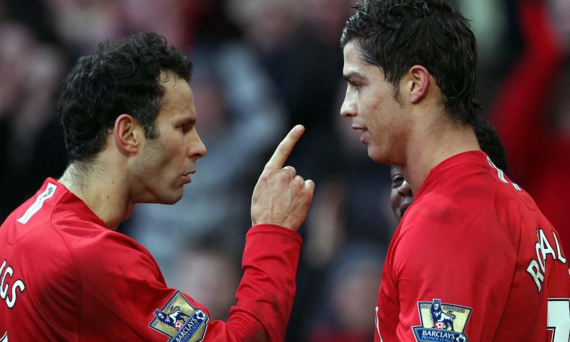 Ronaldo (phải) được Giggs coi là cầu thủ chuyên nghiệp nhất. Ảnh: Reuters