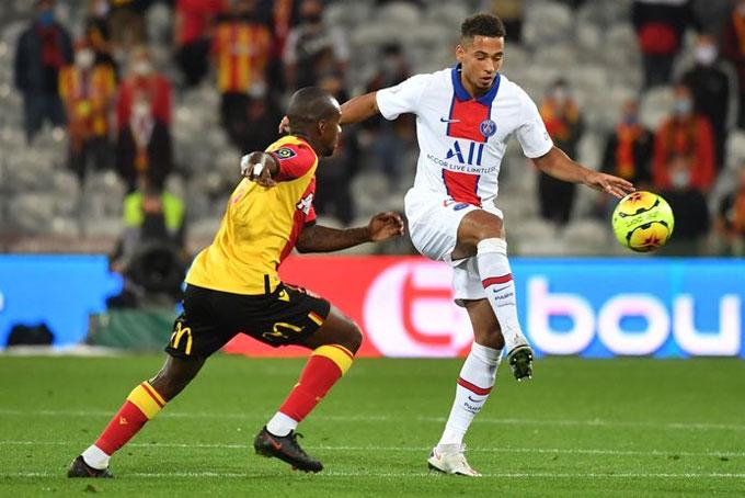 PSG (áo trắng) cho nhiều cầu thủ trẻ vào sân thay dàn trụ cột nghỉ thi đấu. Ảnh: Proshot.